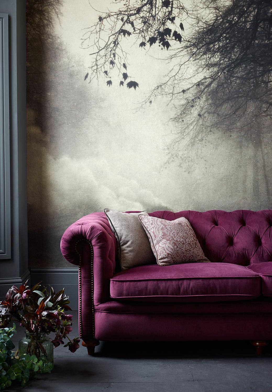 Фиолетовый диван с каретной обивкой