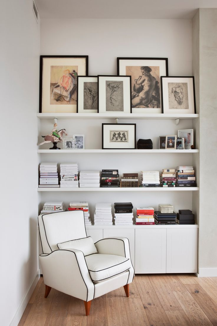 Книжные полки в нише спальни