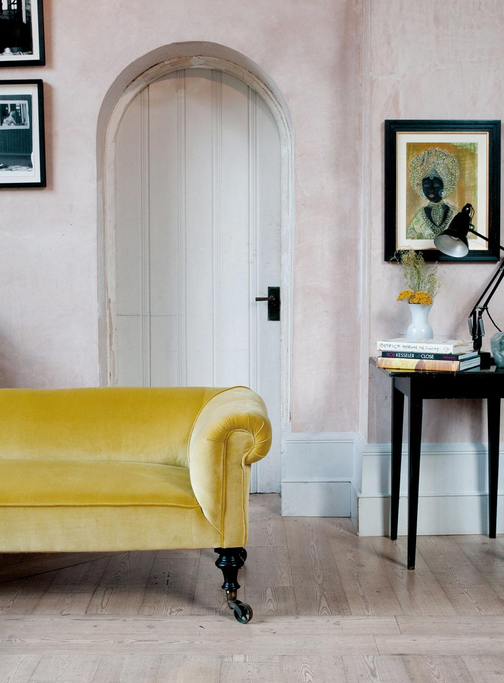 Желтый диван на колесиках