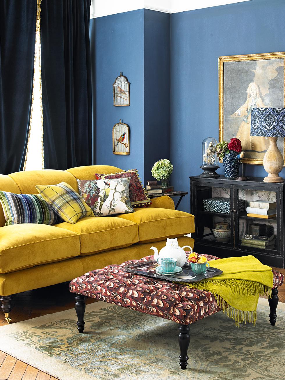 Желтый диван в колониальном стиле