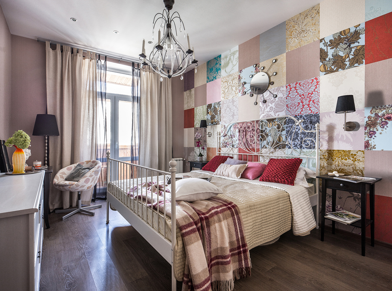 Стена из комбинированных обоев в спальне