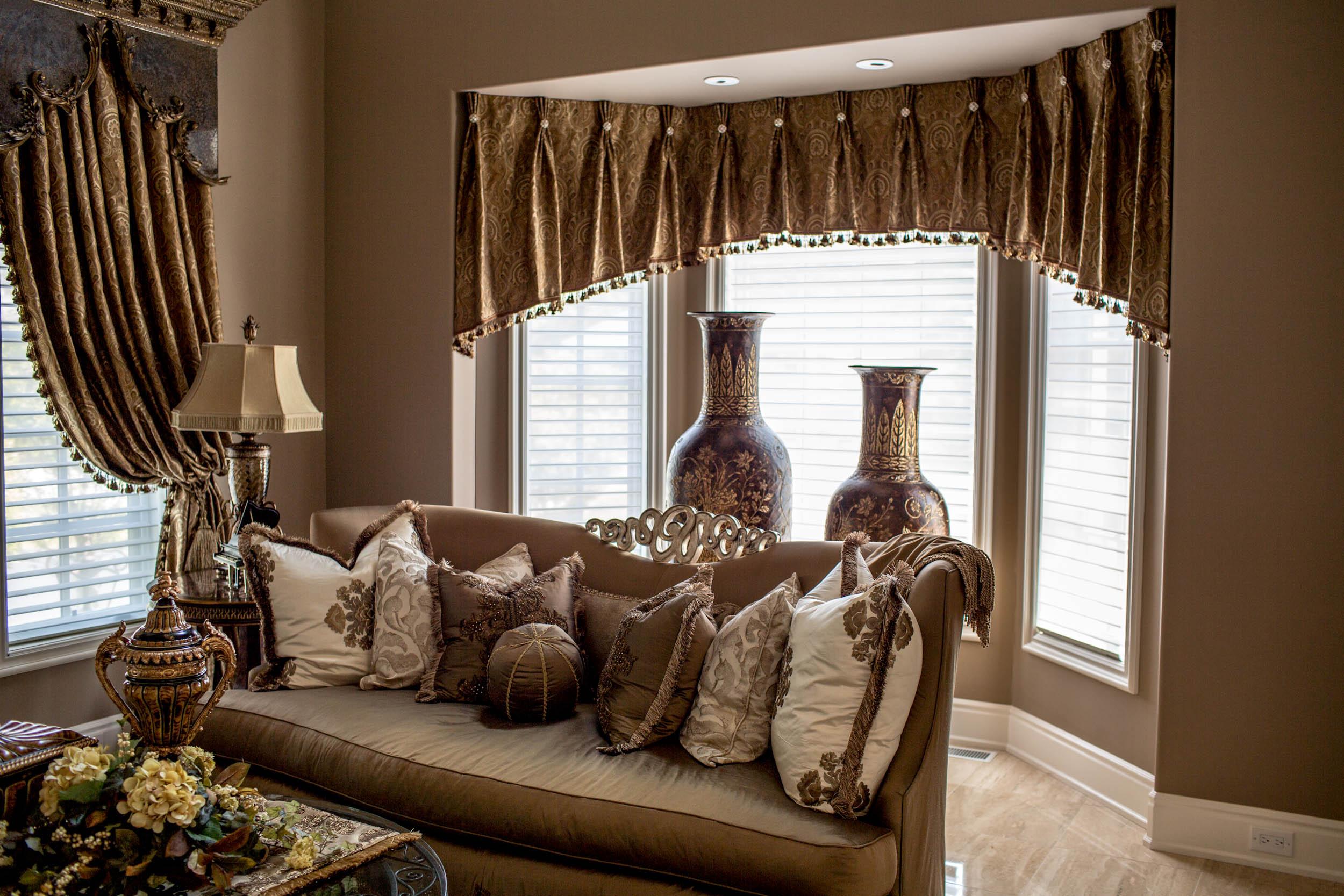 Коричневые диванные подушки