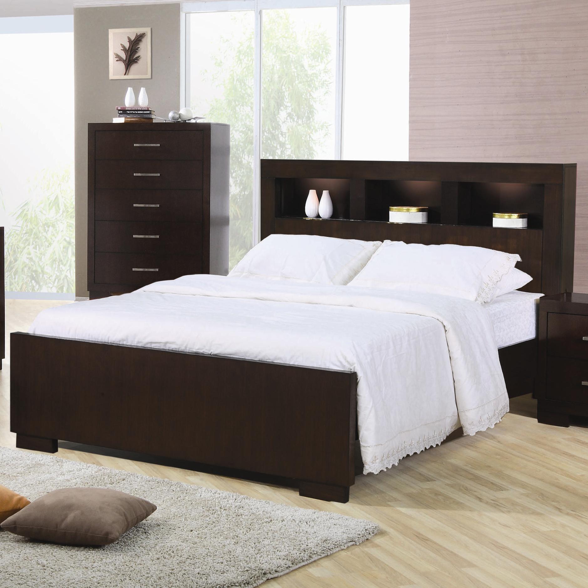 Коричневая кровать с полкой