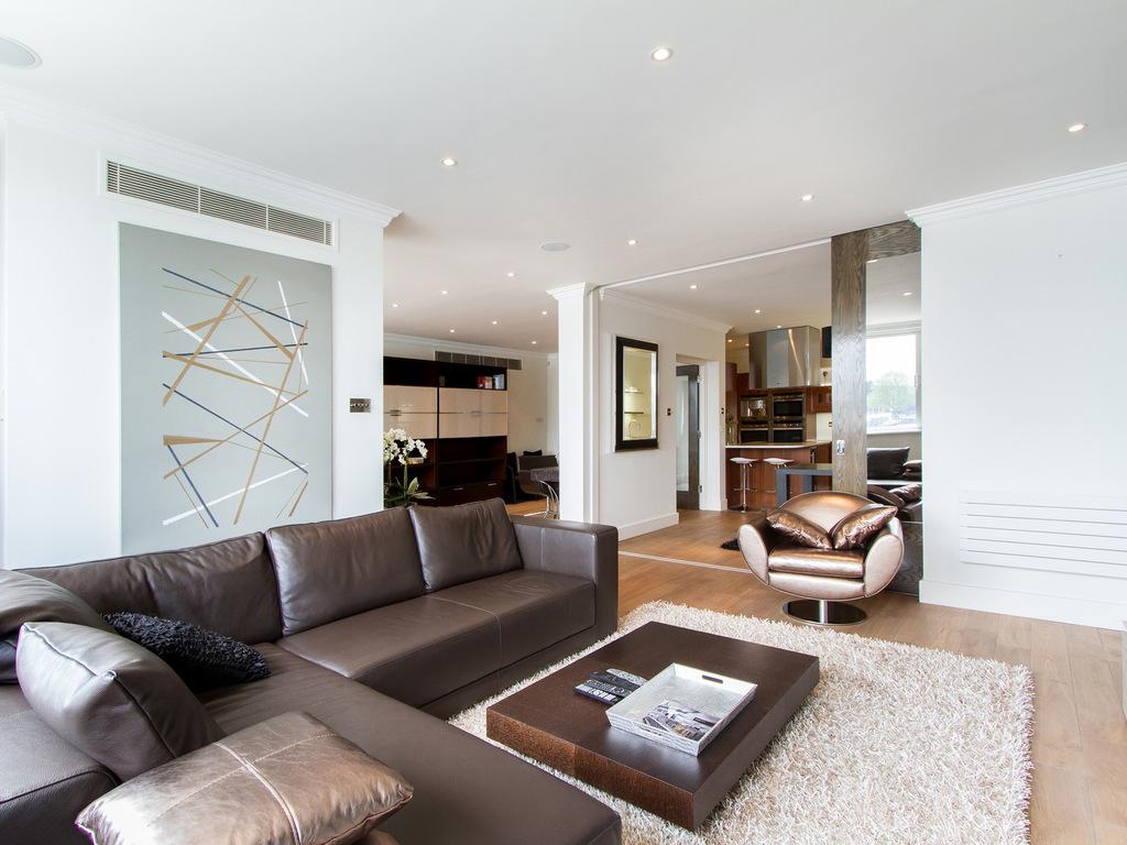 Коричневый диван на металлокаркасе