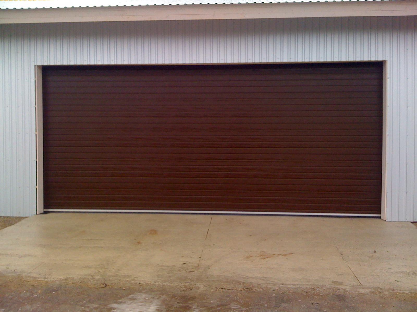 Подвесные коричневые ворота