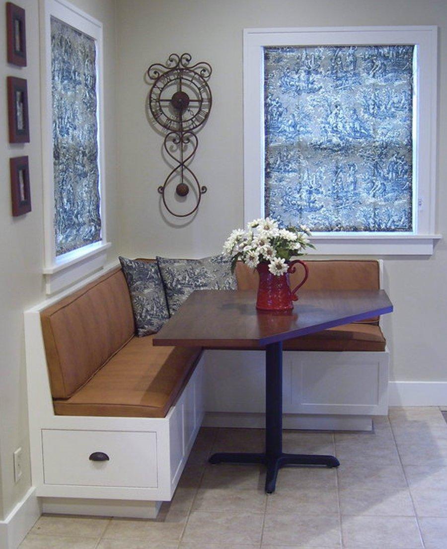 Угловой коричневый диван на кухню