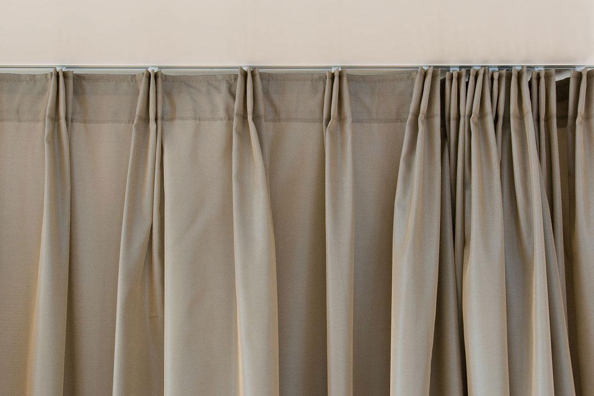 Коричневые шторы на липучке
