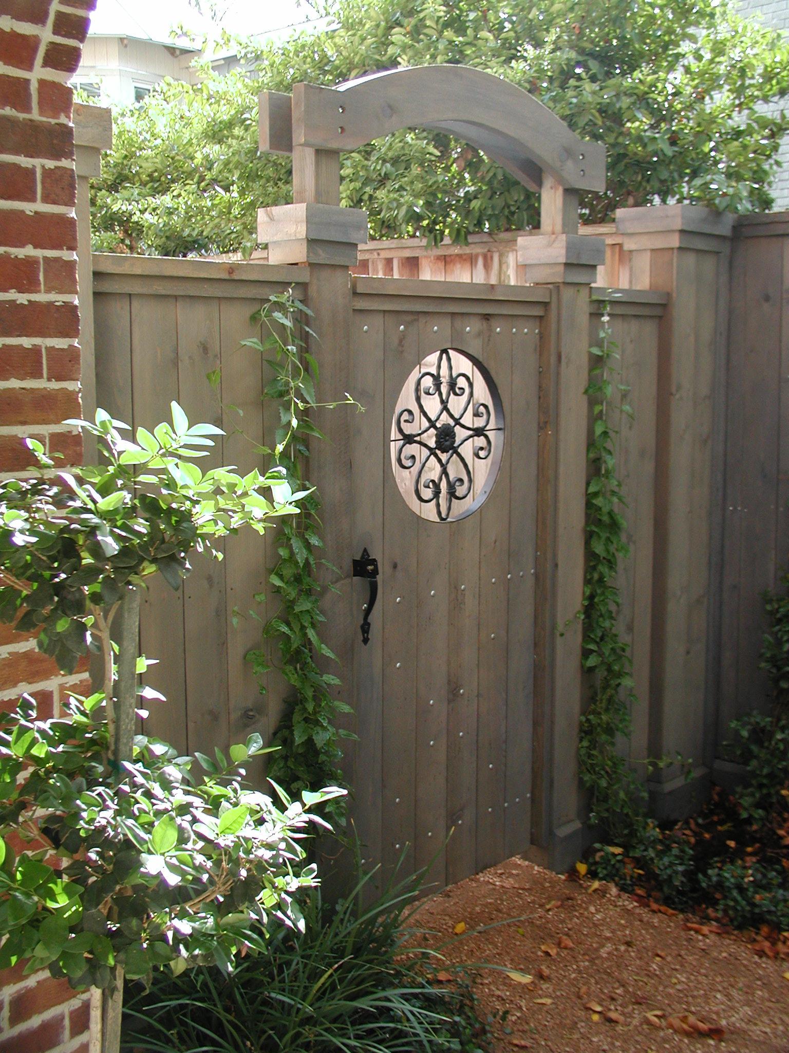 Деревянные ворота с кованым декором