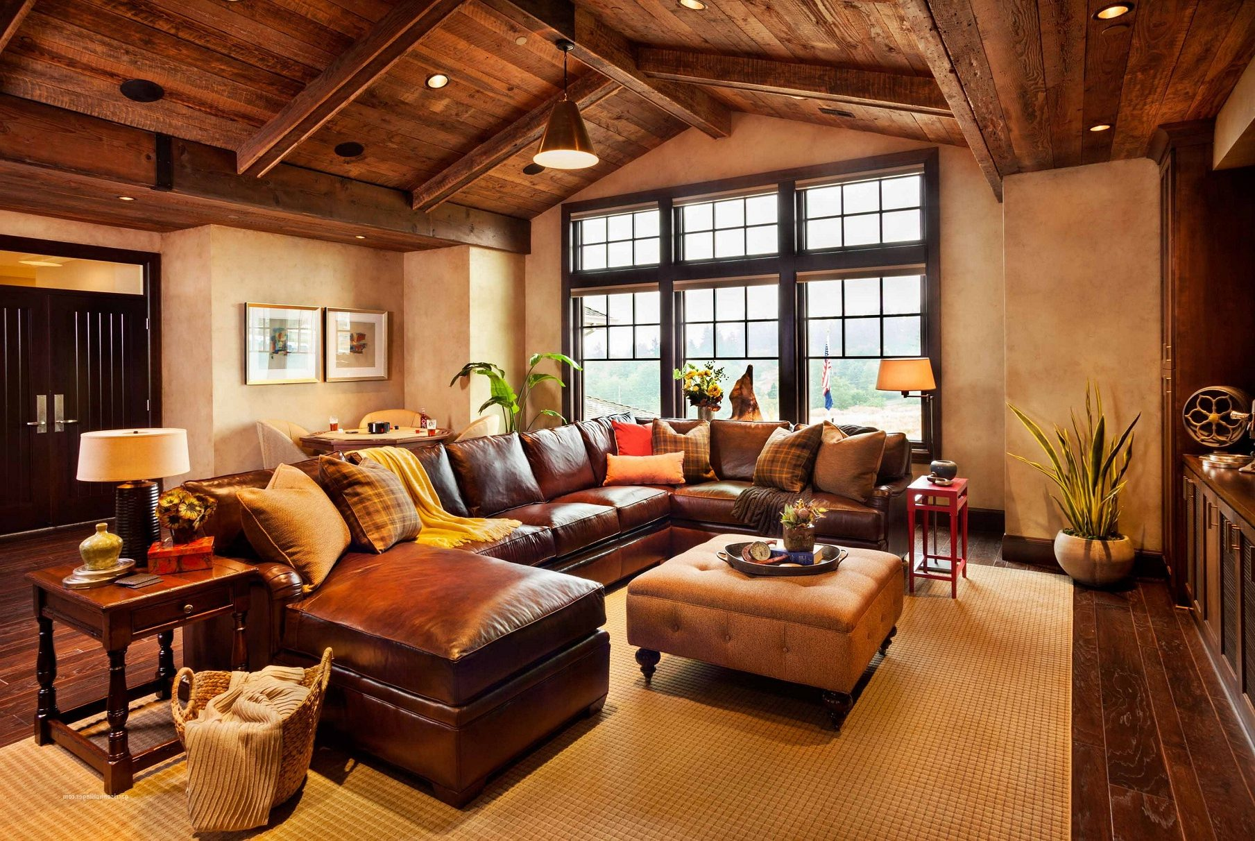 Коричневый кожаный диван