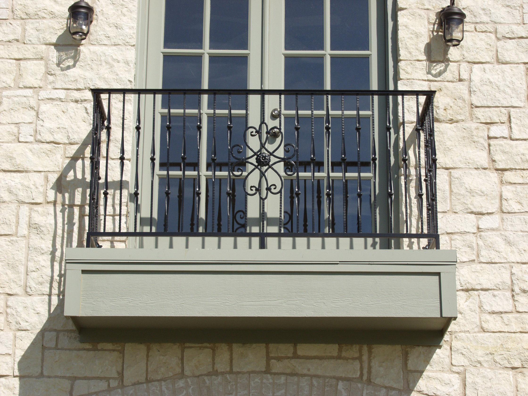Крашеная балконная дверь