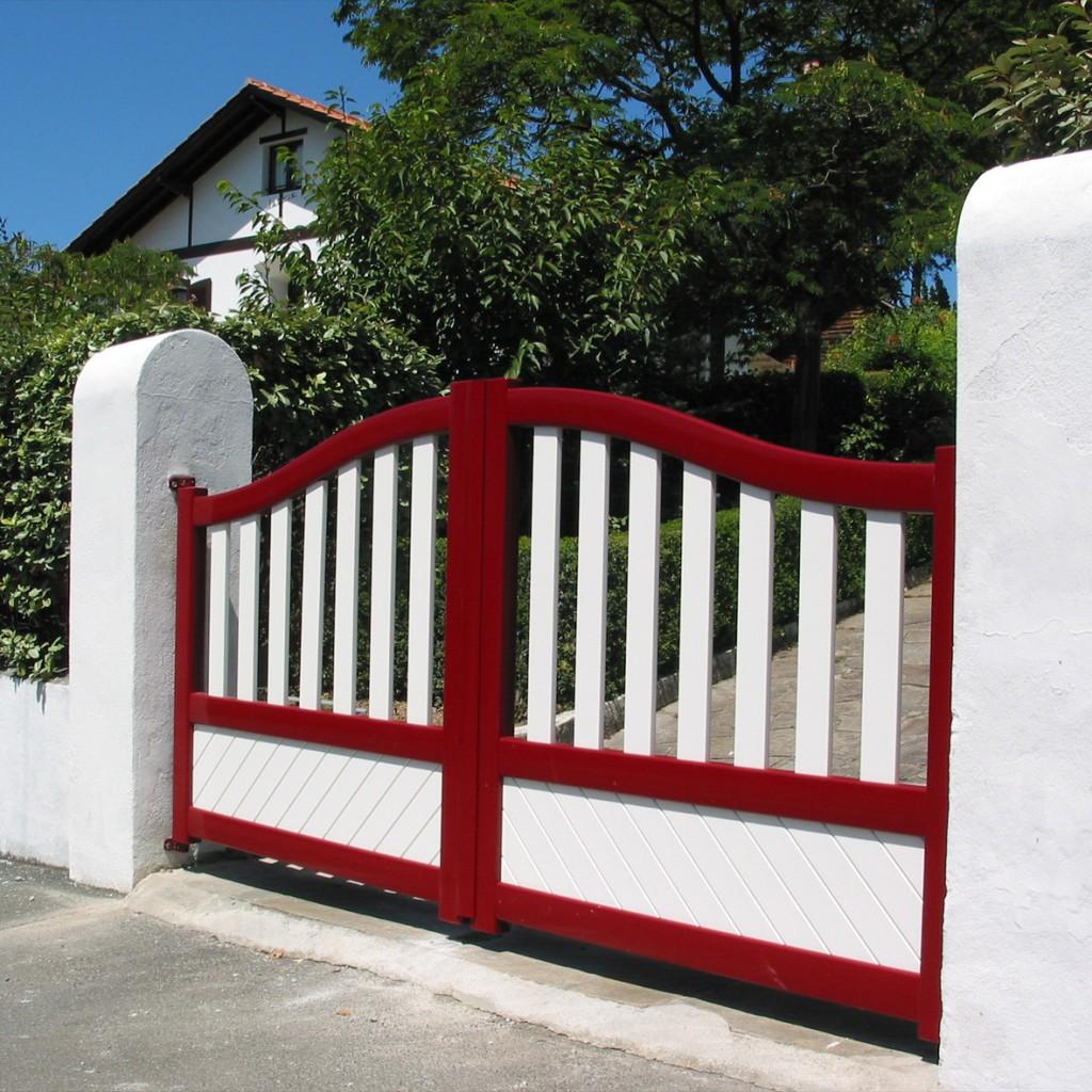 Распашные красные ворота