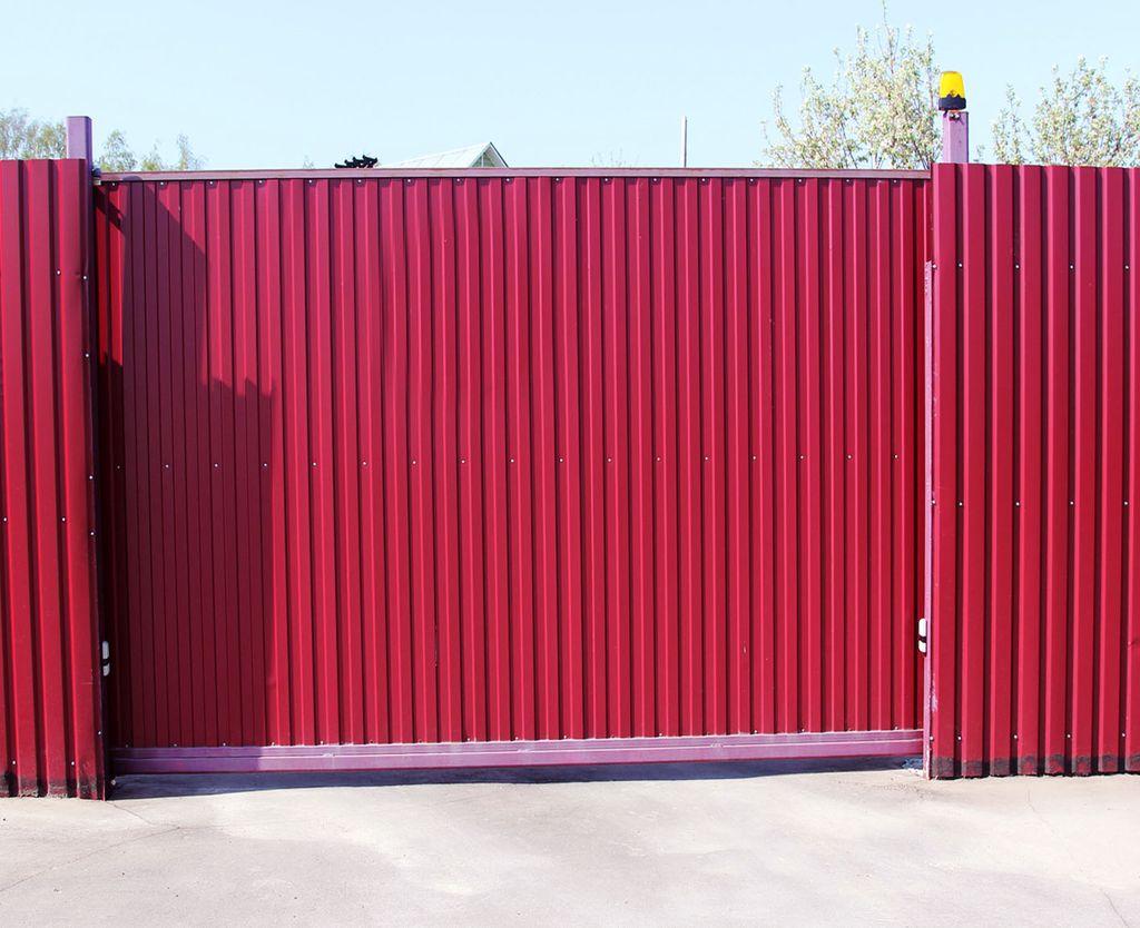 Ворота из профнастила красные