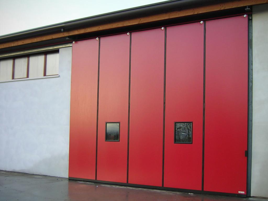 Подвесные красные ворота