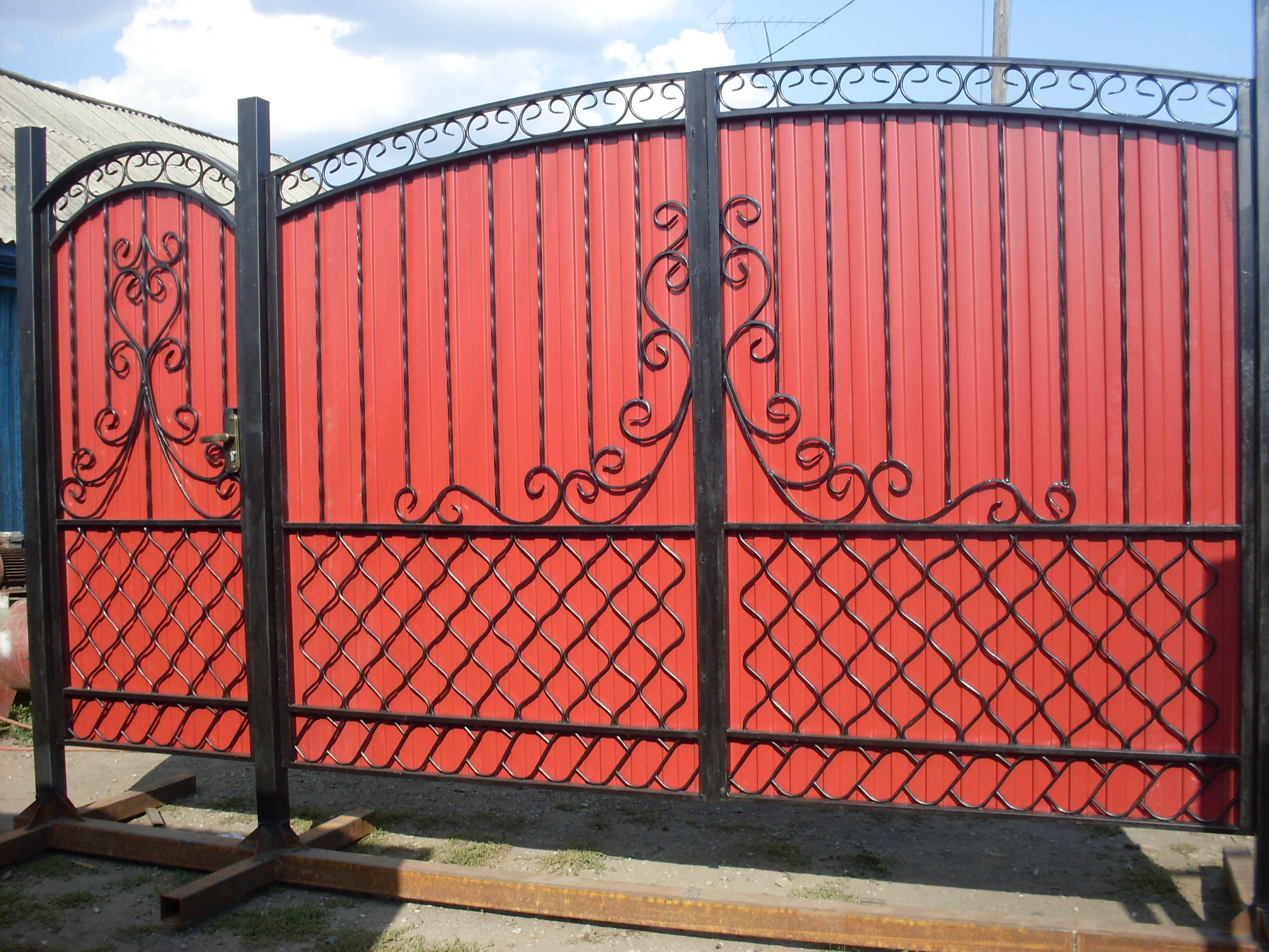 Красные ворота из профильной трубы