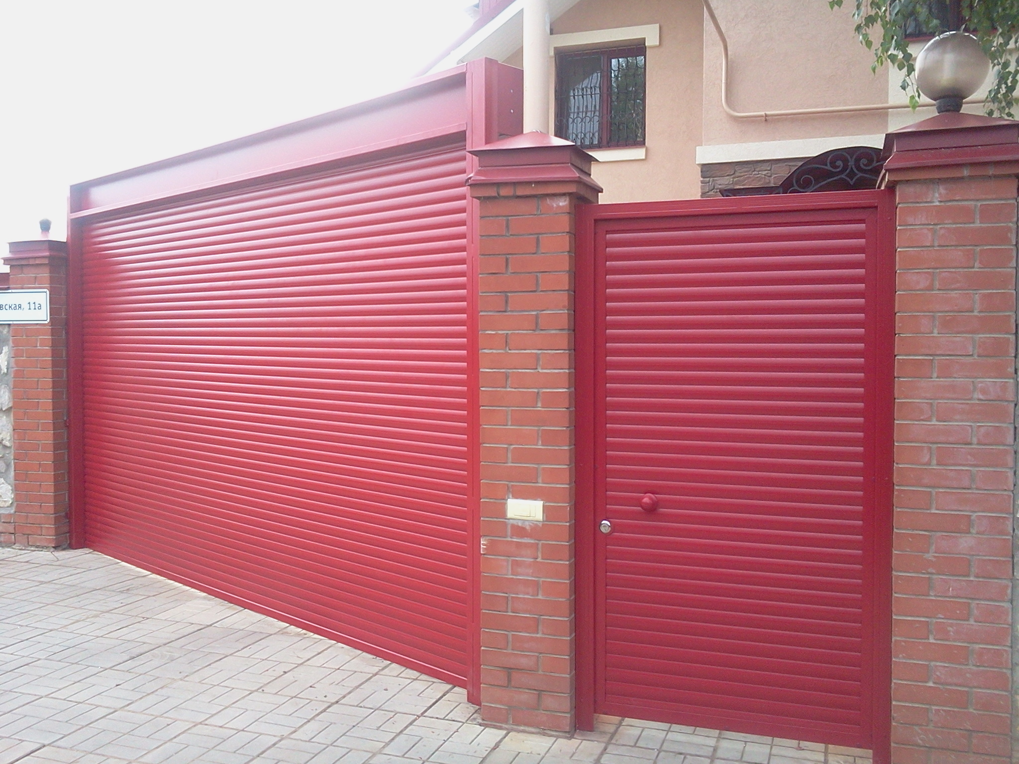 Рулонные красные ворота