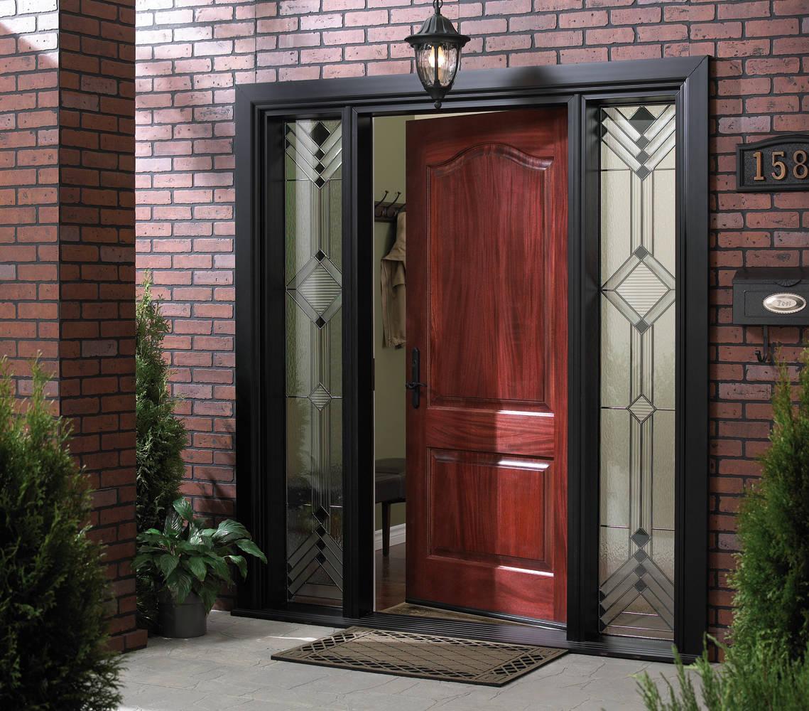 Дверь из красного дерева в дом