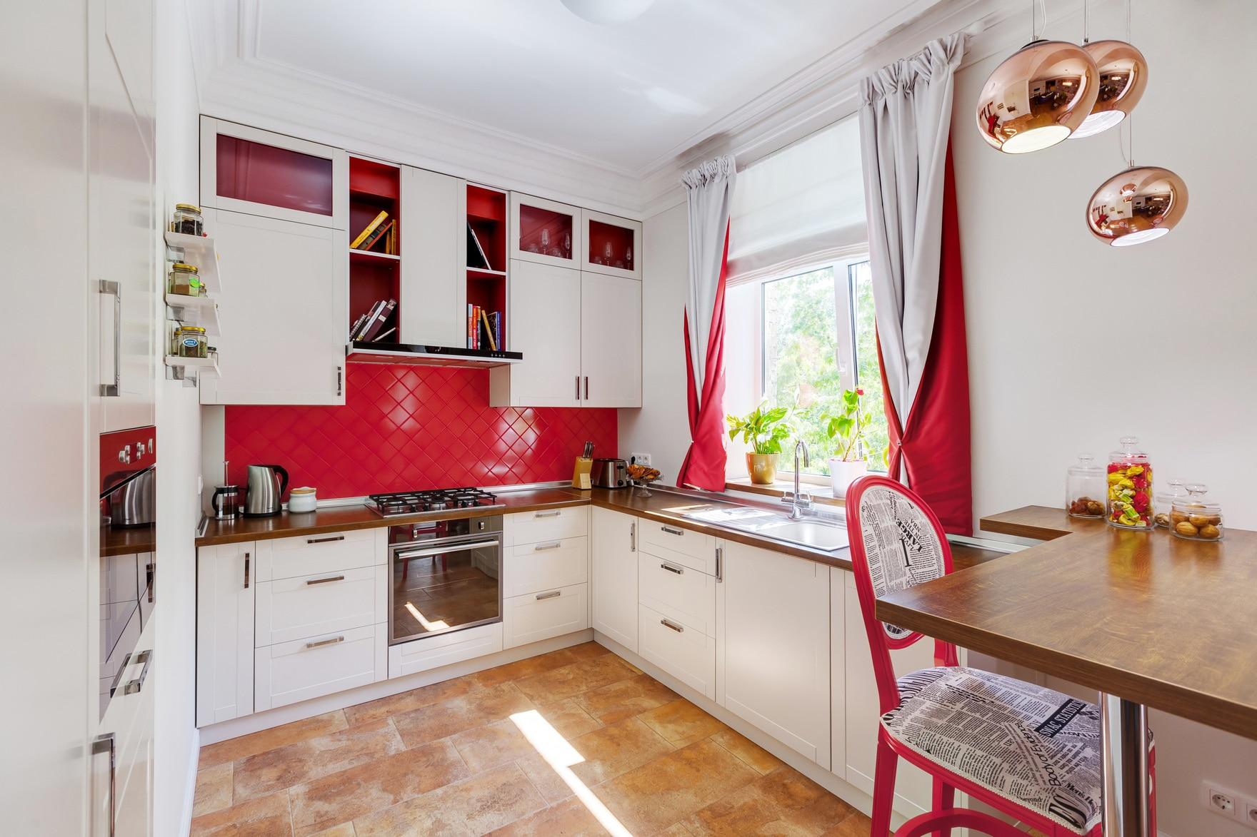 Двойные красные шторы на кухне
