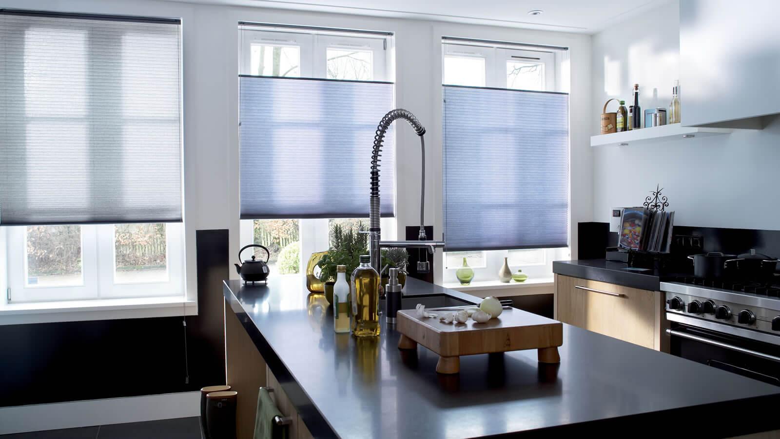 Бумажные шторы на кухне