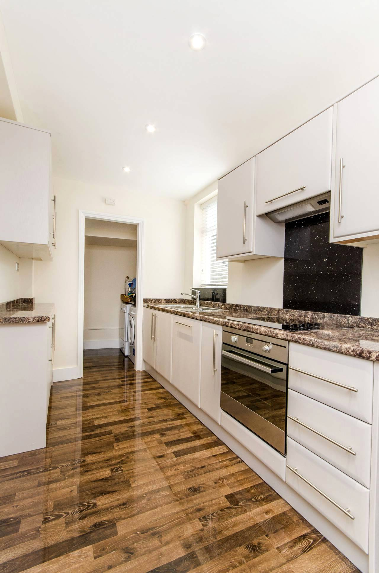 Глянцевый ламинат в интерьере кухни