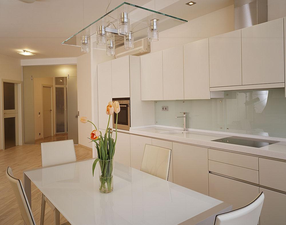 Белая глянцевая кухня в квартире