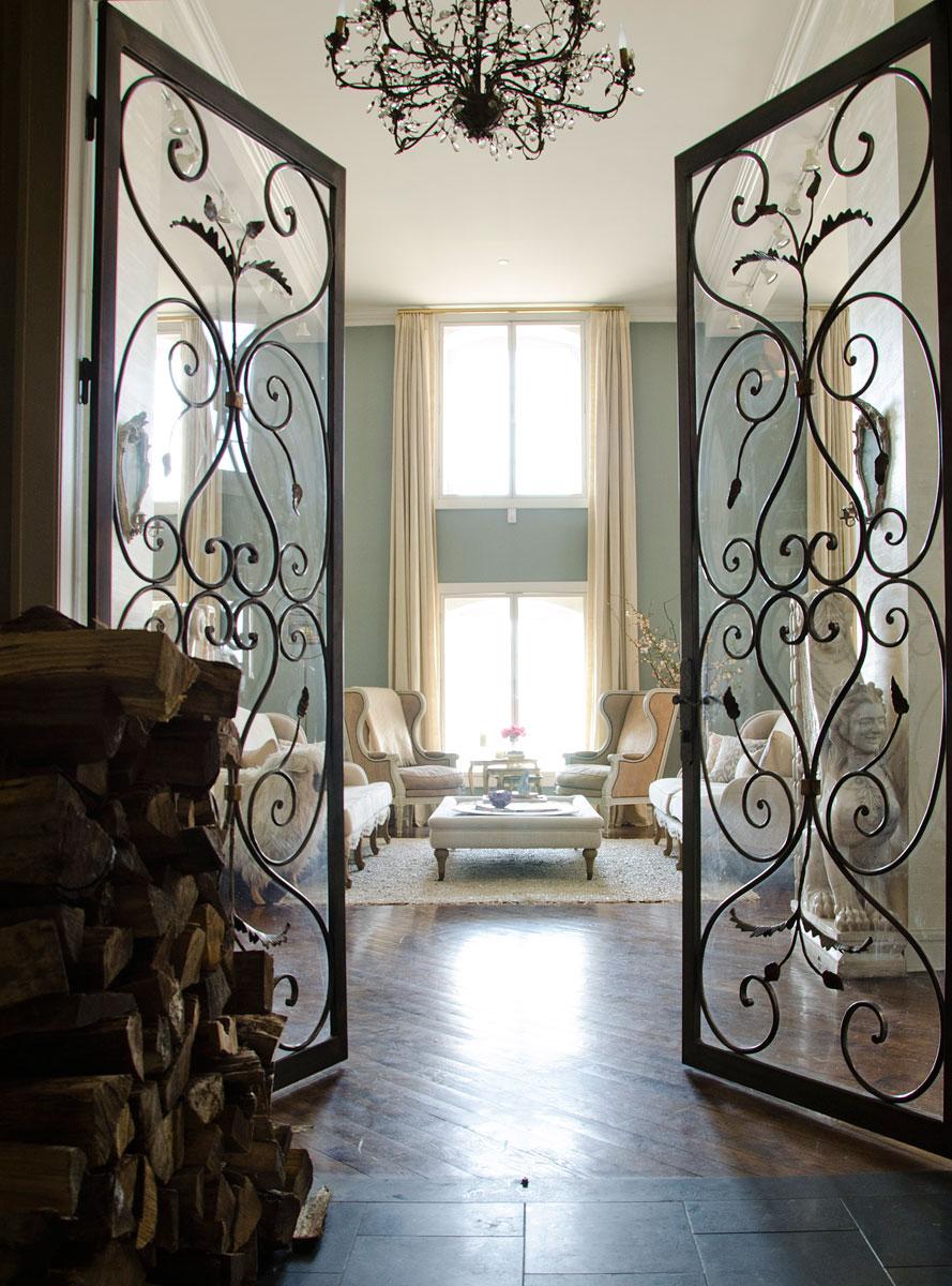 Кованая дверь в квартире