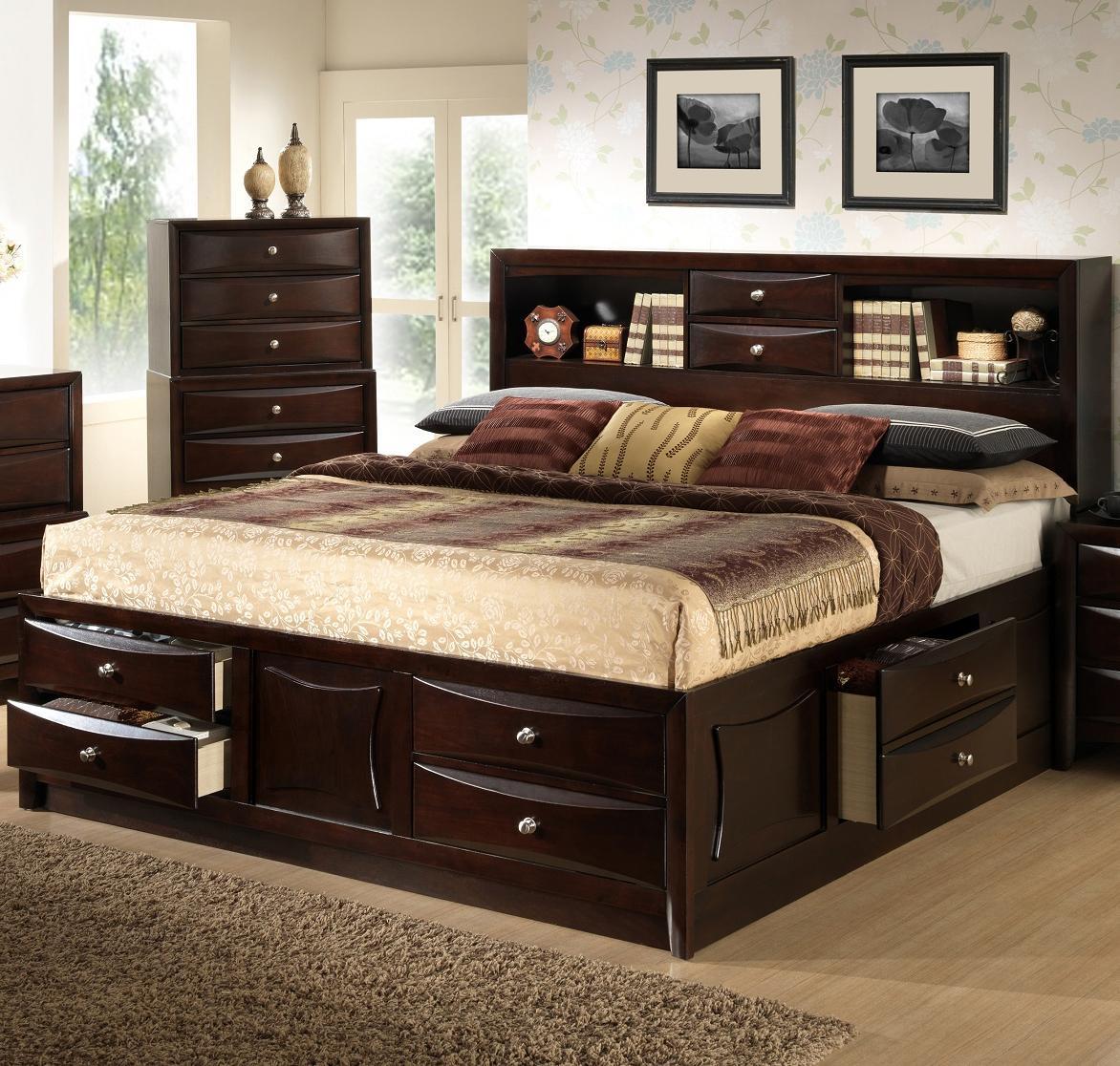 Лакированная кровать с полкой