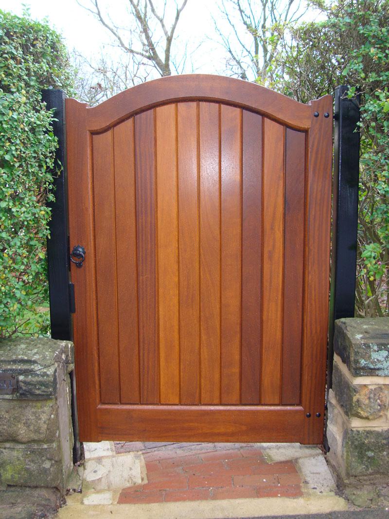 Деревянные лакированные ворота