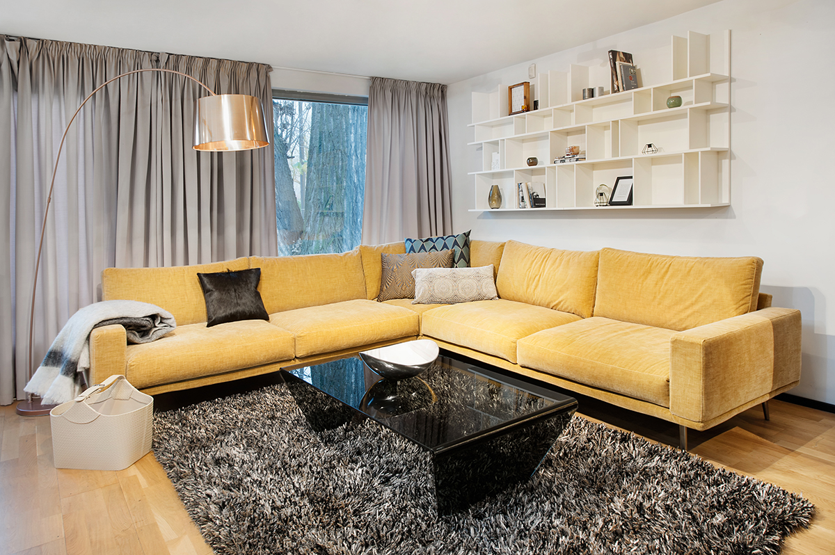 Желтый диван в лаконичном дизайне