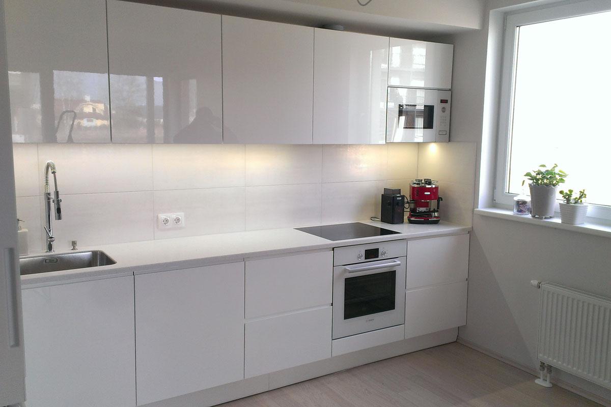 Белая глянцевая маленькая кухня