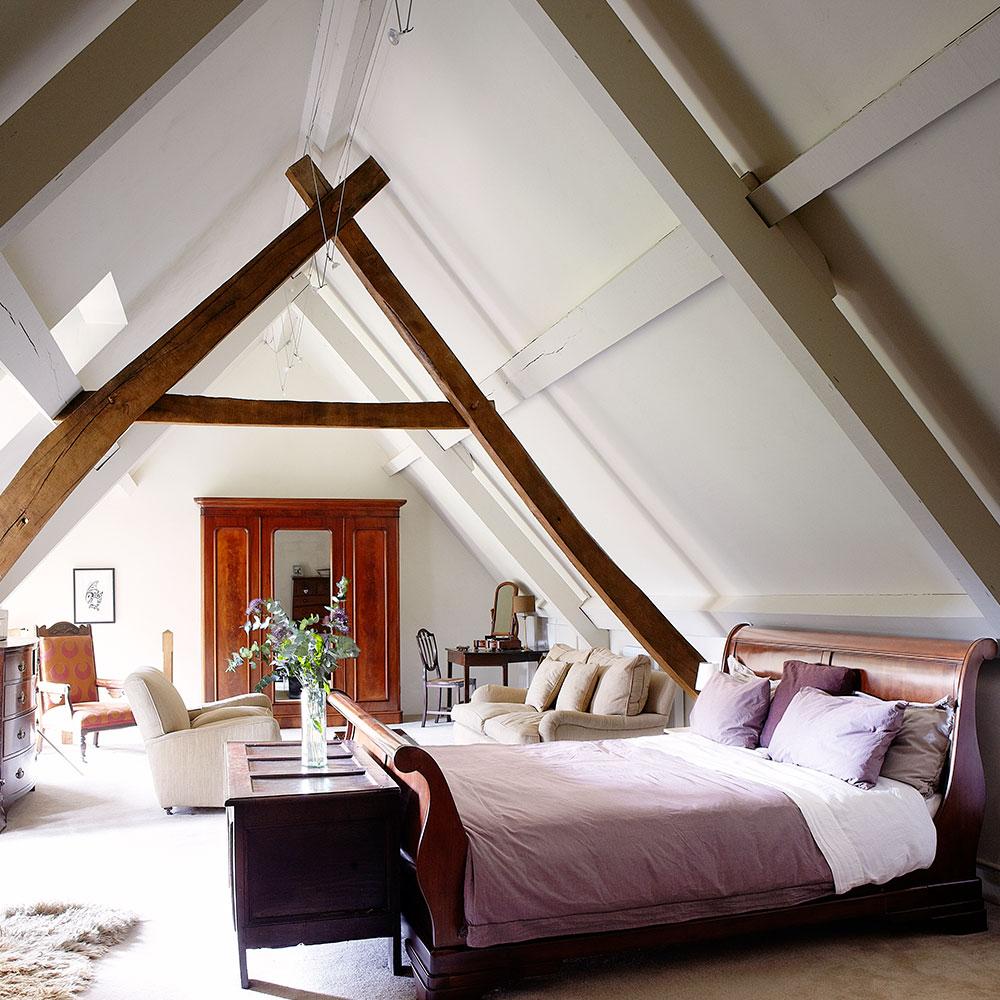 Спальня на мансарде на даче
