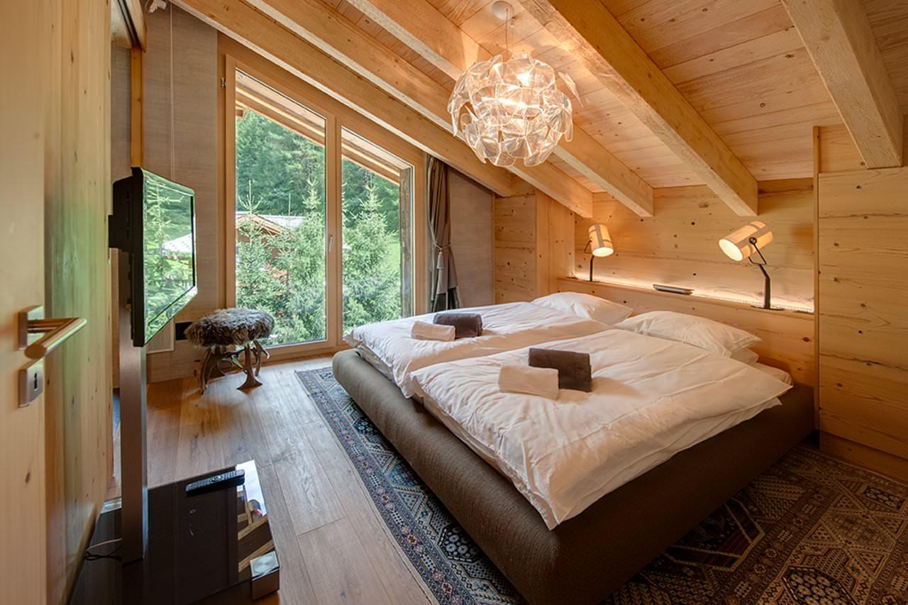 Деревянная спальня на мансарде