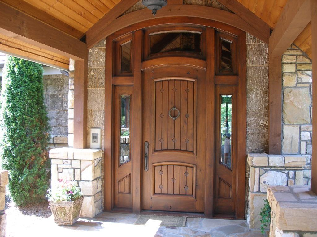 Дверь из массива в дом