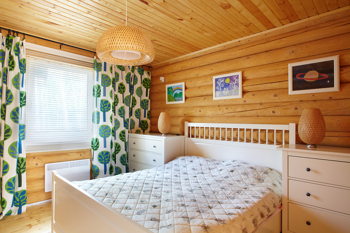 Белая мебель в спальне на даче