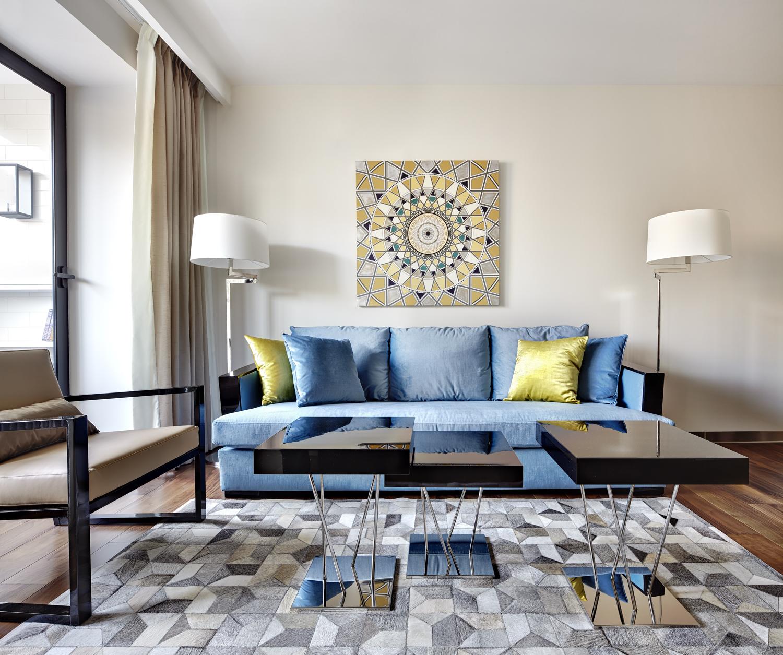 Голубой диван на металлическом каркасе