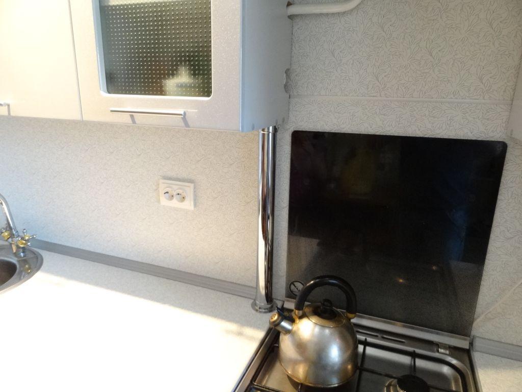 Металлическая труба на кухне