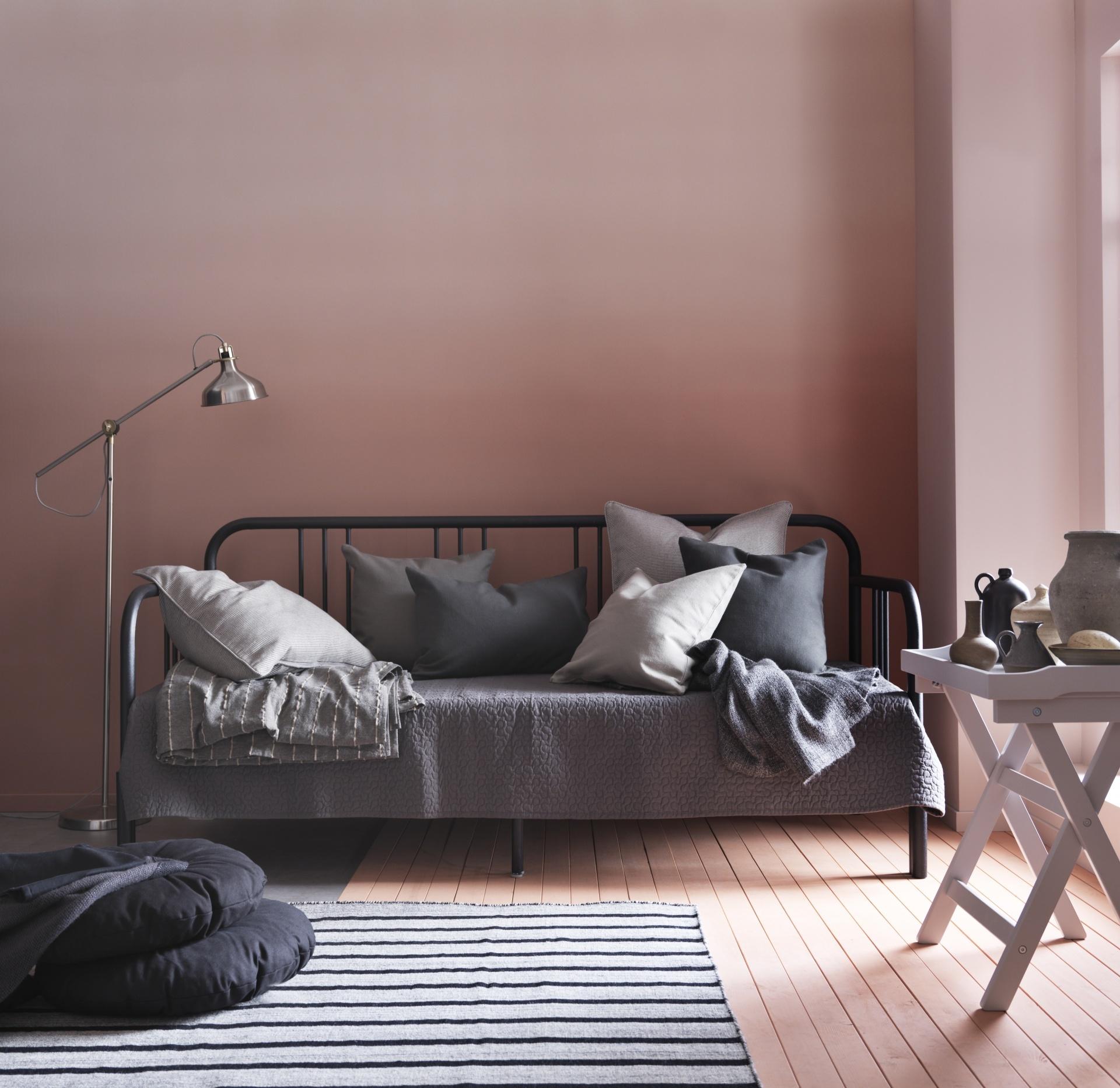 Металлический диван для спальни