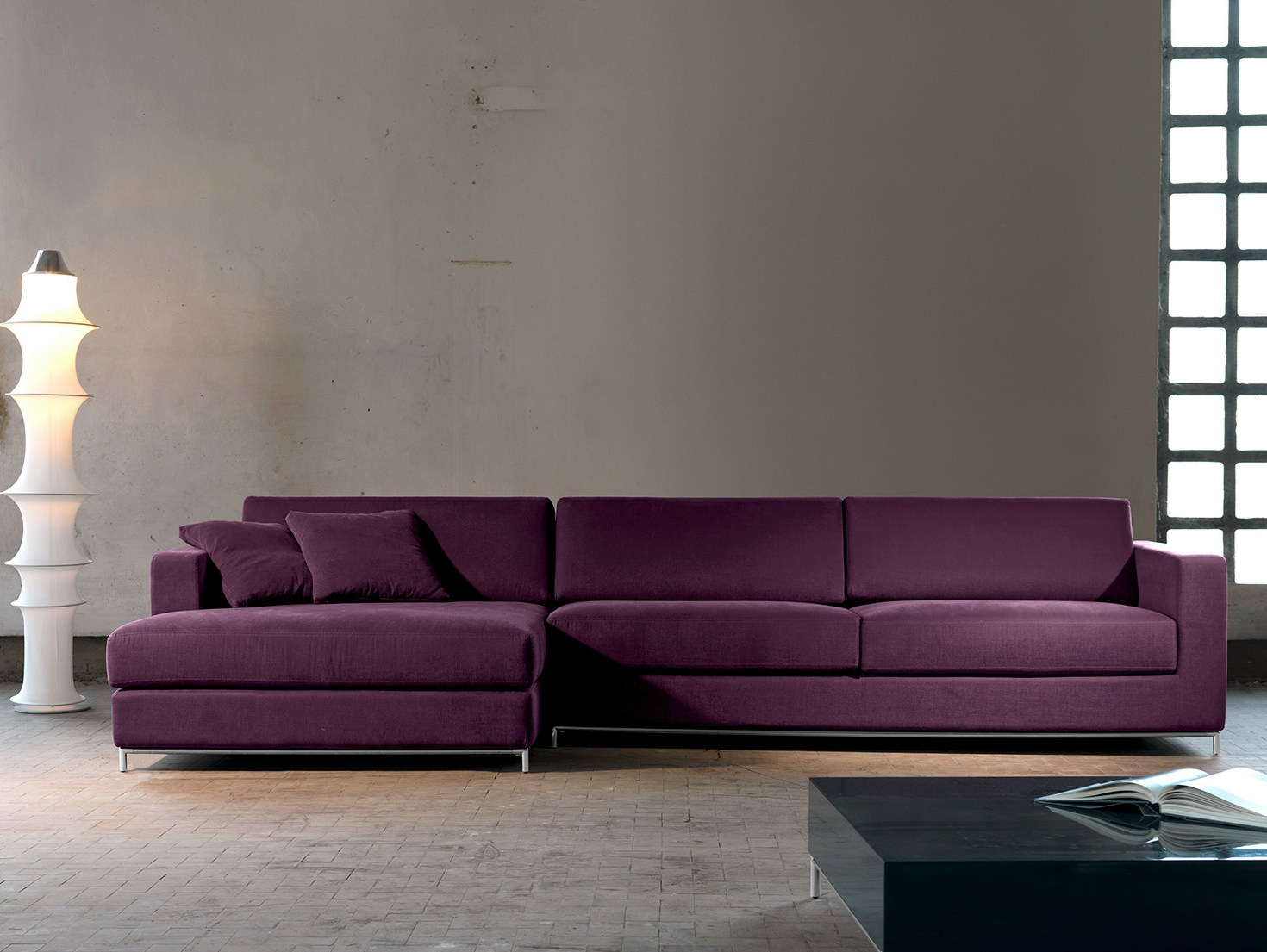 Фиолетовый диван в стиле минимализм