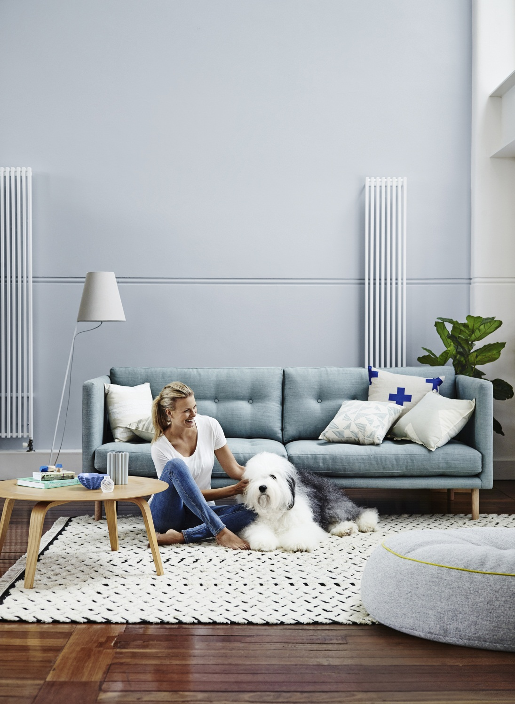 Голубой диван в стиле минимализм