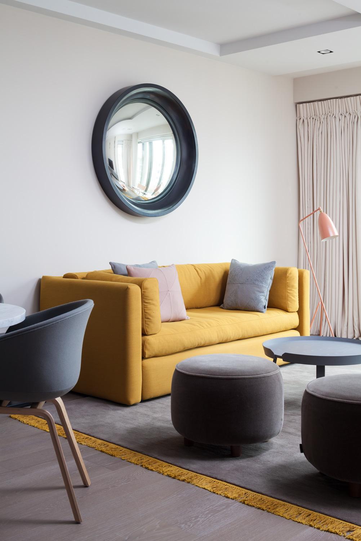 Желтый диван в стиле минимализм