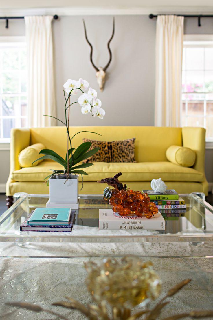 Желтый диван в стиле модерн