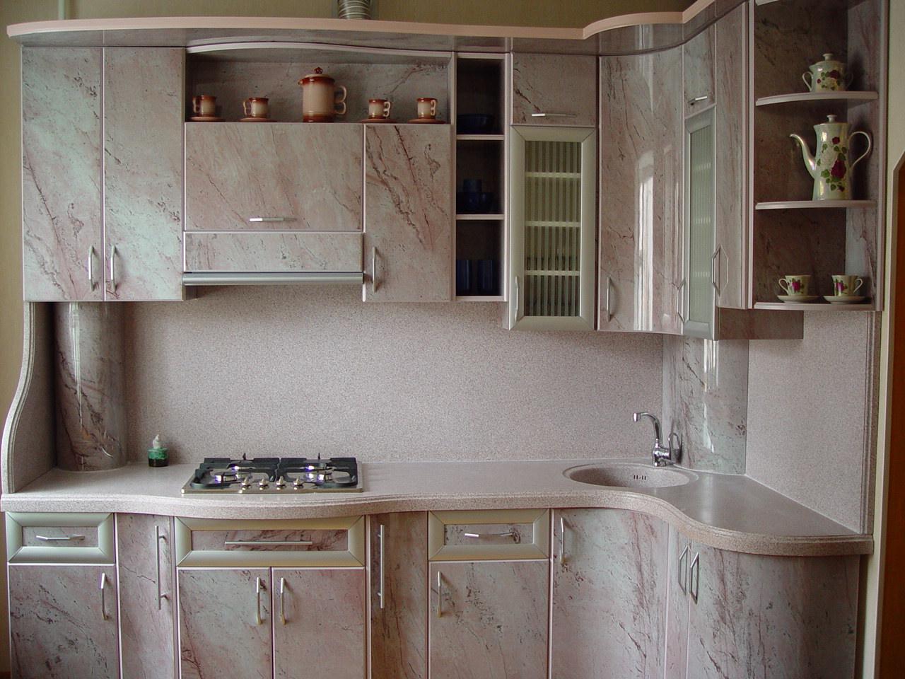 Декор трубы на кухне панелями под мрамор