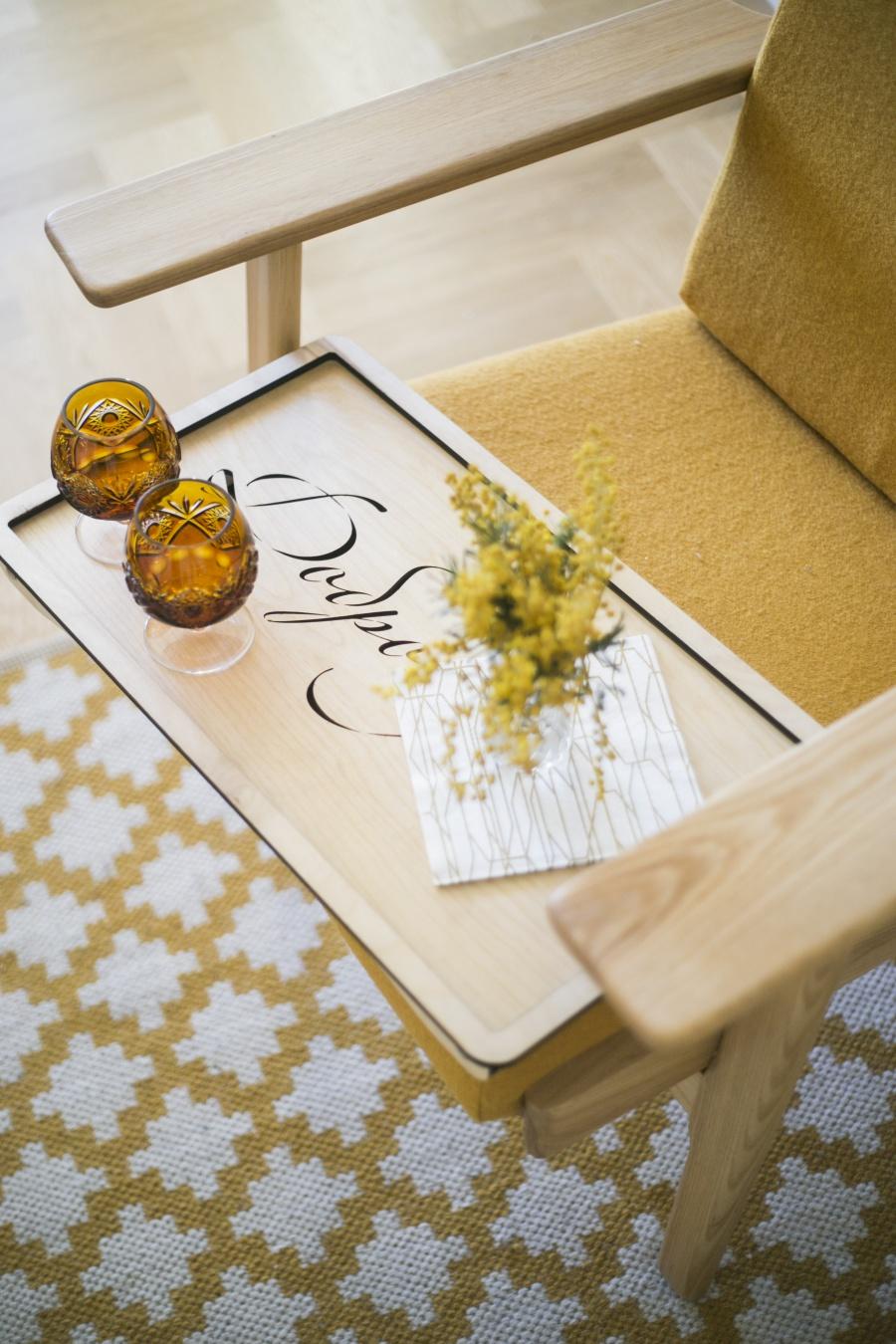 Столик для завтрака с надписью