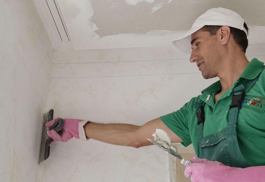 Нанесение акриловой шпаклевки на стену