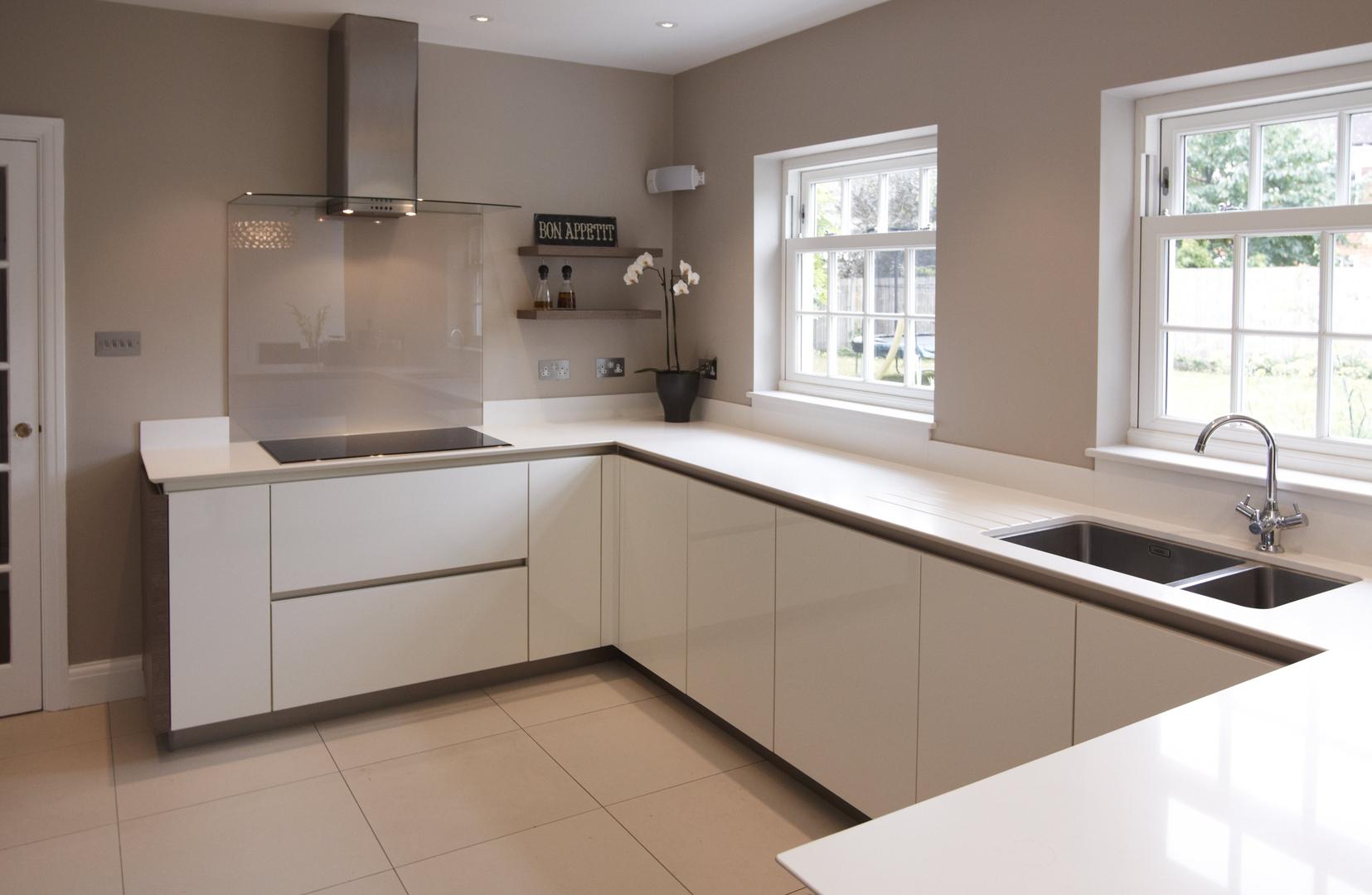 Белая глянцевая кухня с напольными шкафчиками