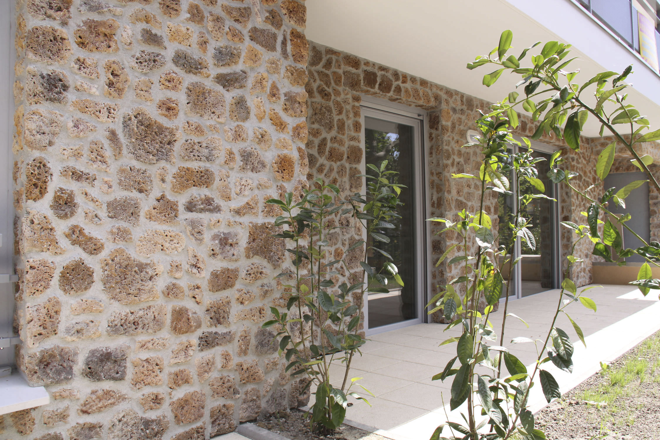 Облицовочный камень в экстерьере: природные мотивы (25 фото)