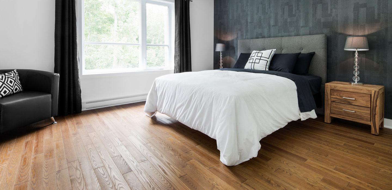 Пол из натурального дерева в спальне
