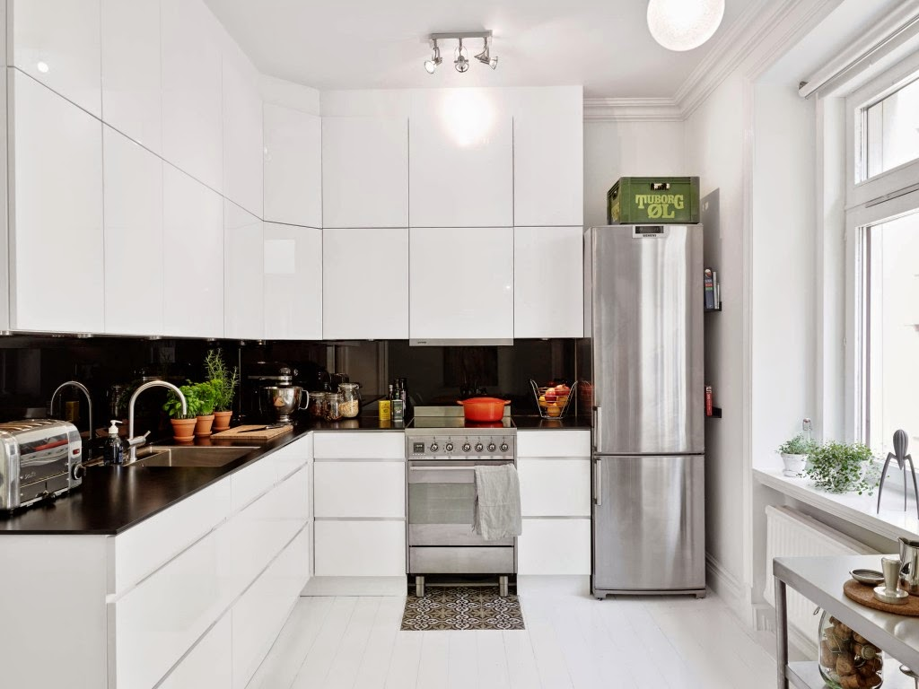 Белая глянцевая кухня с навесными шкафчиками