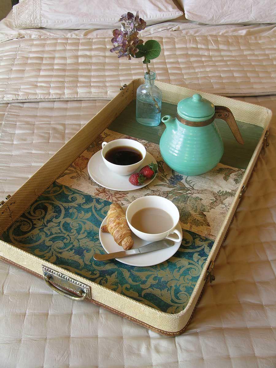 Столик для завтрака из обоев и чемодана