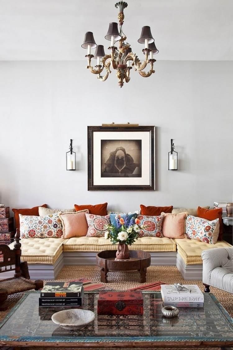 Оранжевые диванные подушки