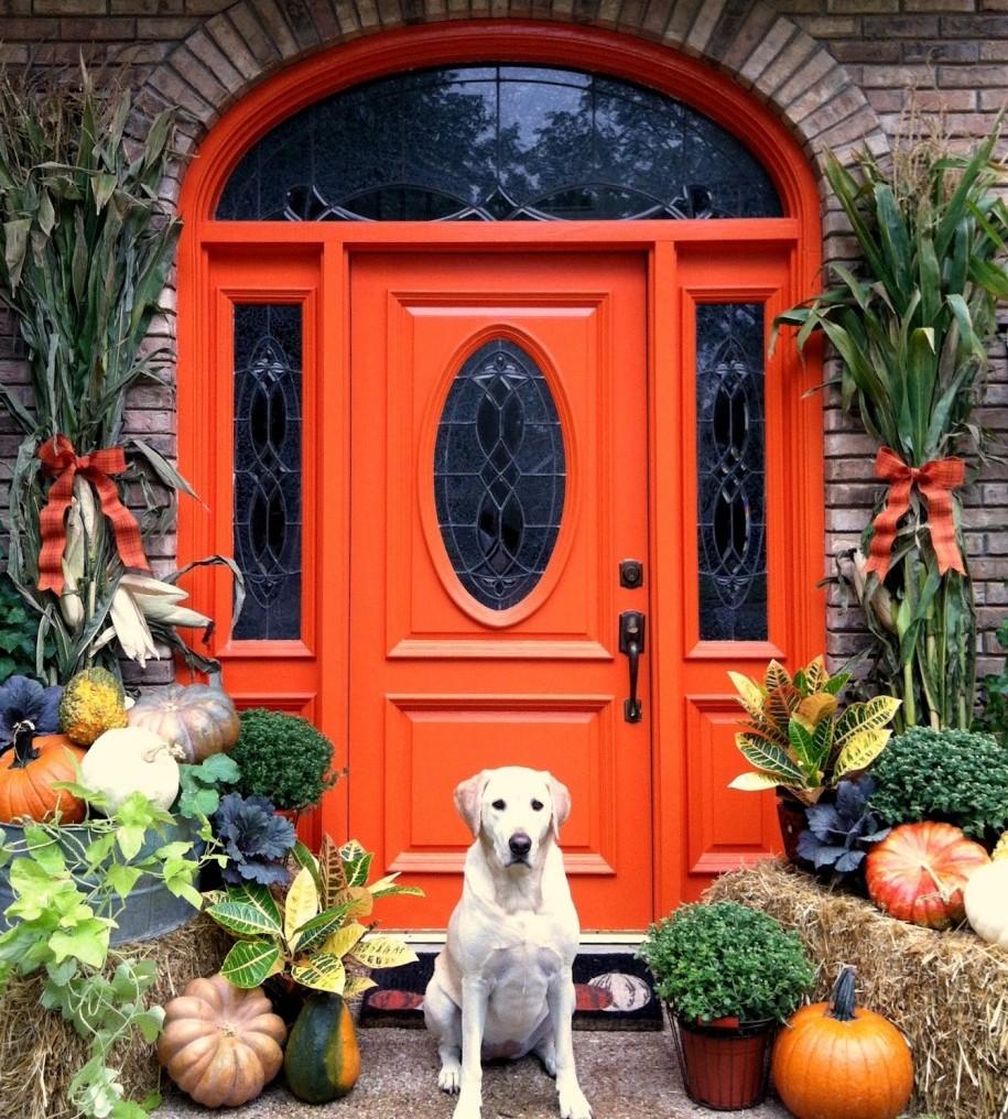 Оранжевая дверь в дом